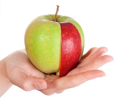 Een appel in de hand houden