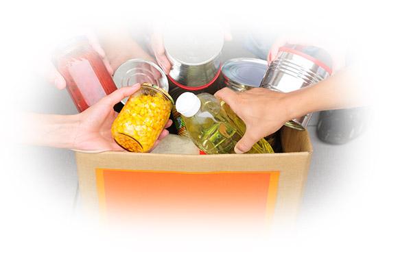 Levensmiddelen verzamelen in een doos